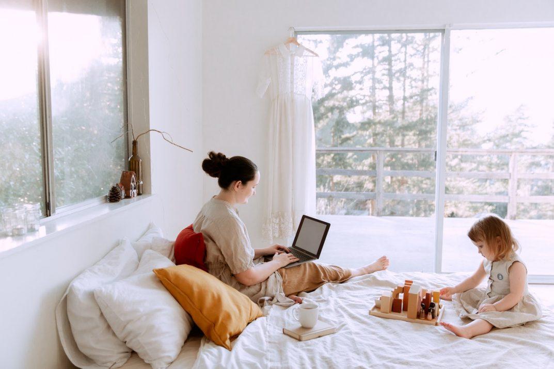 Como trabalhar em casa com um bebê (Foto de Tatiana Syrikova no Pexels)
